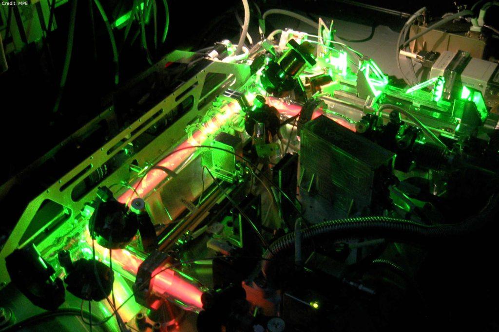 """PK-4 – eine Neonröhre als Versuchsreaktor: Die ISS-Experimentanlage """"PK-4"""" kann komplexe Plasmakristalle mittels einer Gleichstrom-Entladung mit etwa 800 Volt in einer mit einem Edelgas gefüllten Glasröhre entstehen lassen – im Prinzip eine Neonröhre als Versuchsreaktor."""