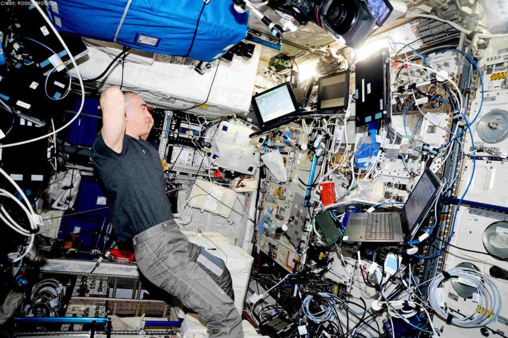 Kosmonaut Anatoli Ivanishin beim PK-4 Experiment: Unter Anleitung der DLR-Plasmaforscher führte Kosmonaut Anatoli Ivanishin die 10. Messreihe der Plasmakristall-Experimente durch. Das Plasmakristall-Labor PK-4 ist im EPM-Rack (European Physiology Modules) installiert und befindet sich seit 2015 im Columbus-Modul auf der ISS.