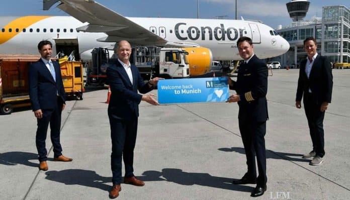 Neben dem Flughafenchef Jost Lammers (zweiter von links) formierten sich Flugkapitän Tobias Carstensen (zweiter von rechts), der Airlinebetreuer der FMG, Oliver Dersch (rechts) sowie der Stationsleiter der Condor in München Tomislav Lang (links) zum Gruppenbild mit dem Airbus A320.