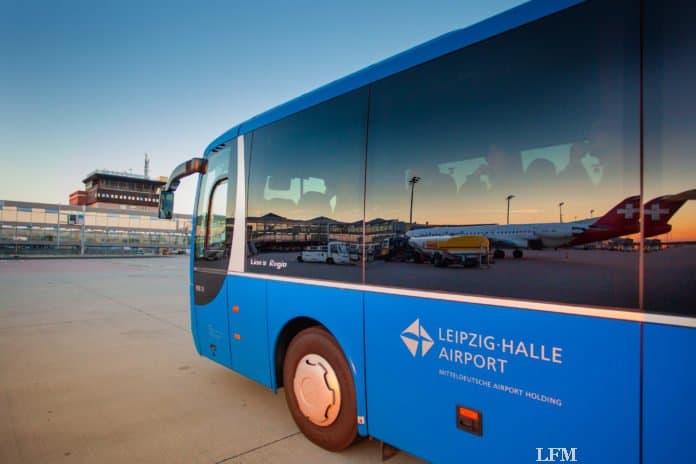 Führung am Flughafen Leipzig/Halle, Fahrt im Bus über das Vorfeld
