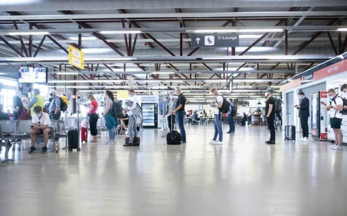 In den Terminals in Schönefeld und Tegel ist das Tragen eines Mund-Nasen-Schutzes für Reisende Pflicht.