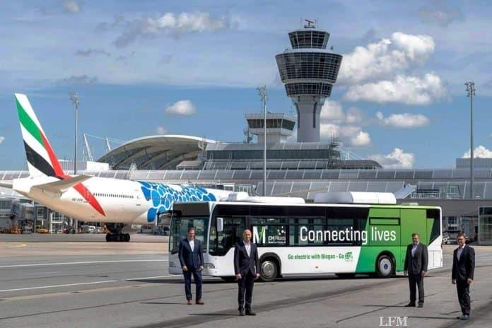 Biogas-Bus mit Elektroantrieb fährt am Flughafen München