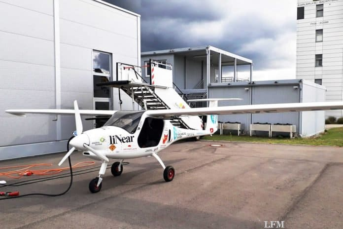 Elektroflugzeug Pipistrel Velis auf dem Flug zur Nordsee