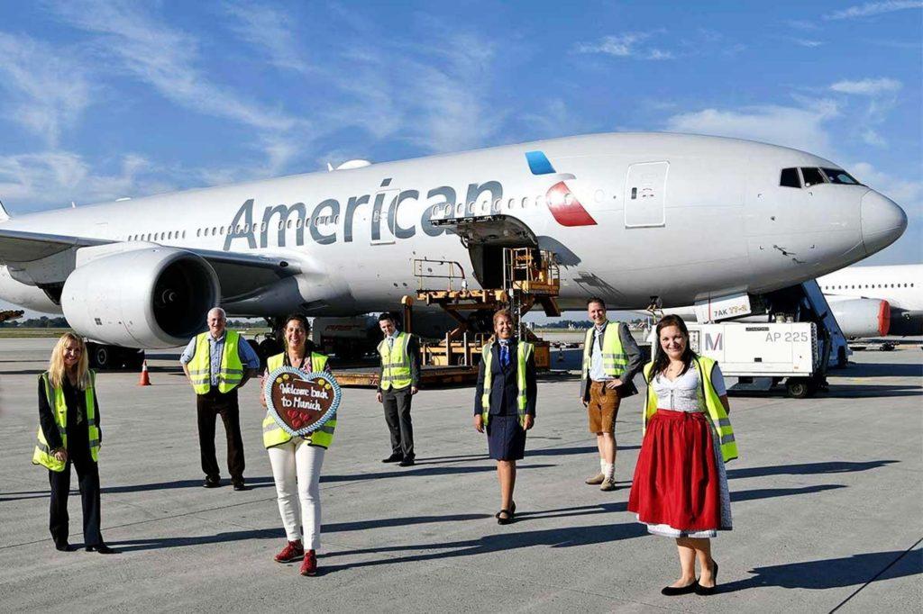 Den Premierenflug nach Charlotte verabschiedeten Gisela Schork (Regional Manager Cargo Sales Germany & Switzerland von American Airlines, auf dem Foto 3.v.l.) und Oliver Dersch, Leiter Verkehrsentwicklung und -strategie vom Flughafen München (2.v.r.) mit ihren Mitarbeitern.