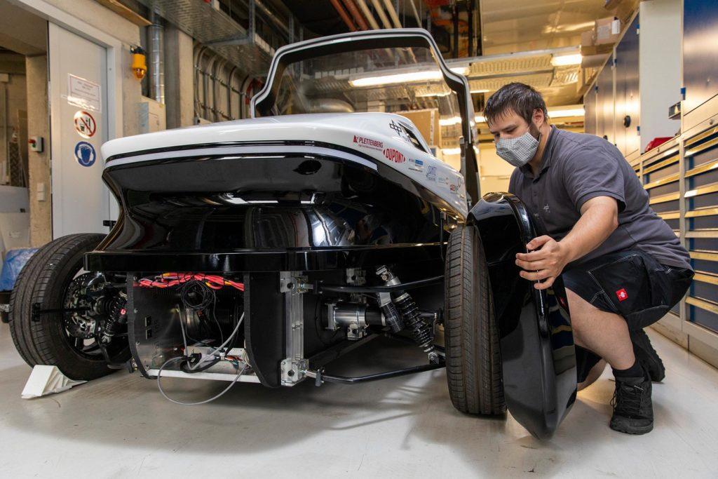 Montage der Verkleidung des Safe Light Regional Vehicle (SLRV)