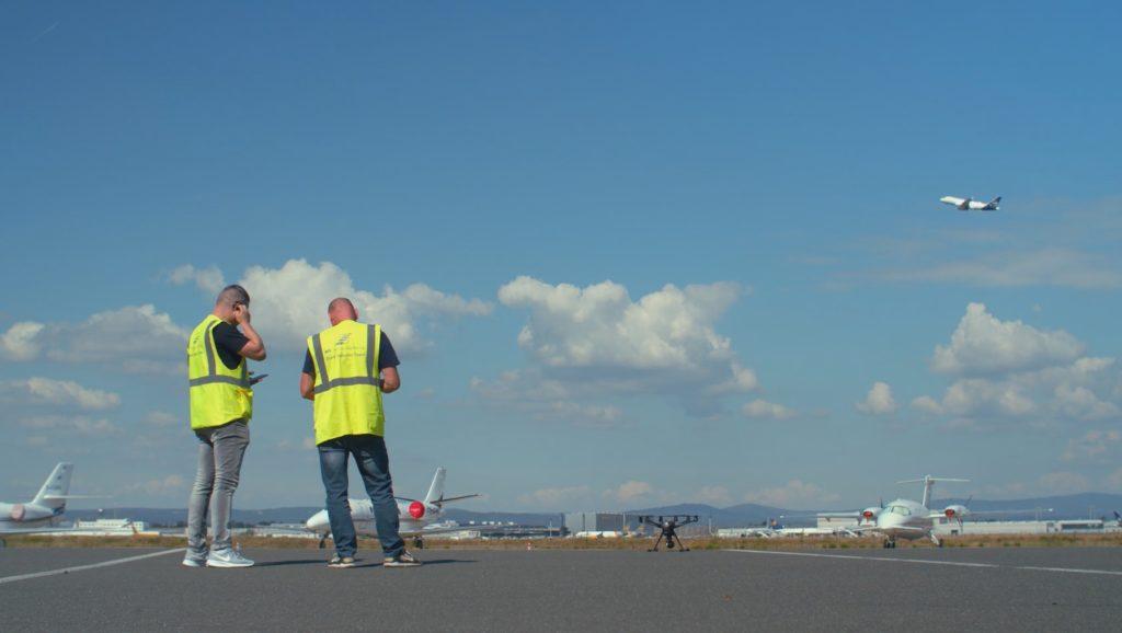 Drohnenpilot und Tesbeobachter Vorfeld Frankfurt mit yuneec-Drohne