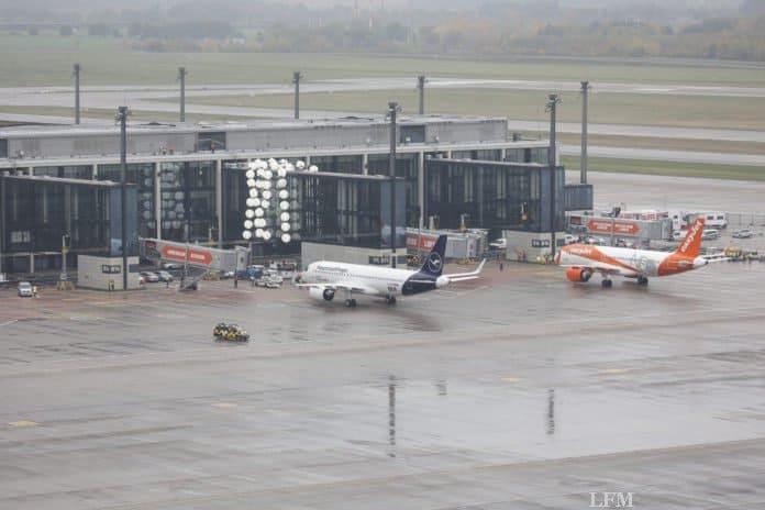 Flugzeuge rollen auf ihre Abfertigungspositionen