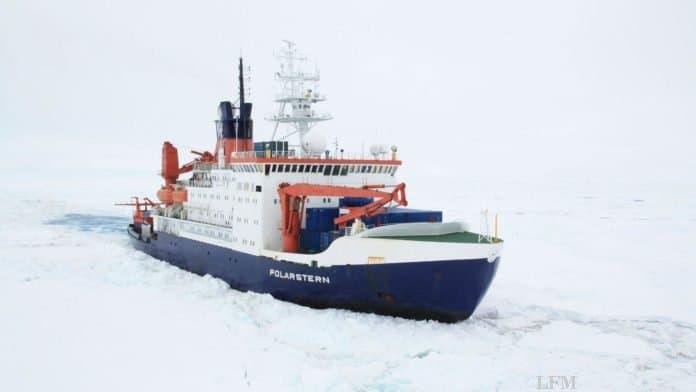 FS Polarstern bricht durch das Eis