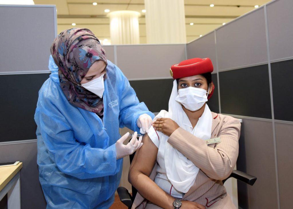Emirates COVID-19-Impfung einer Stewardess