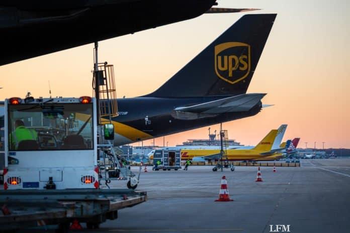 Ein Flugzeug des Logistikdienstleisters UPS (United Parcel Service) wird am Flughafen Köln Bonn entladen
