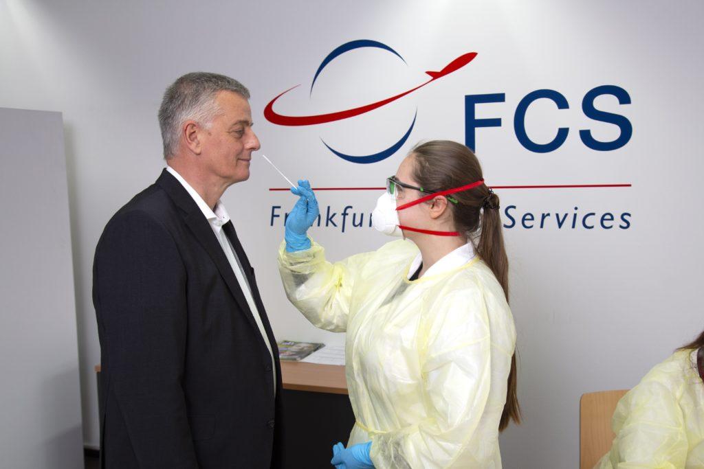 Frankfurter Flughafen: Abstrichnahme bei Claus Wagner, Geschäftsführer der FCS