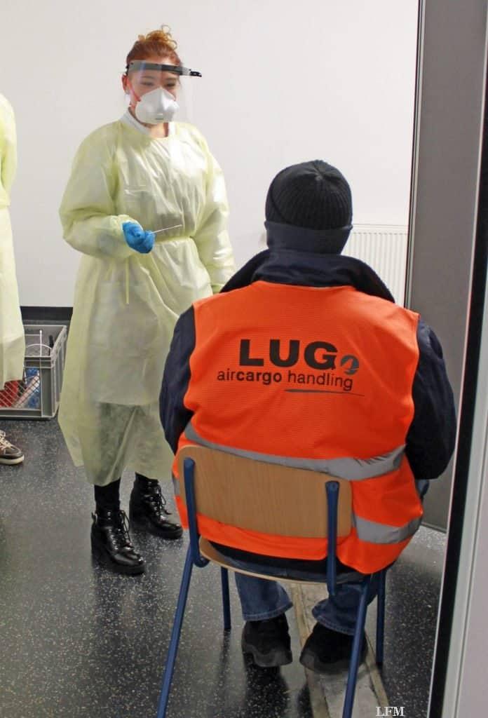 Frankfurter Flughafen: Mitarbeiter von LUG vor der Abstrichnahme