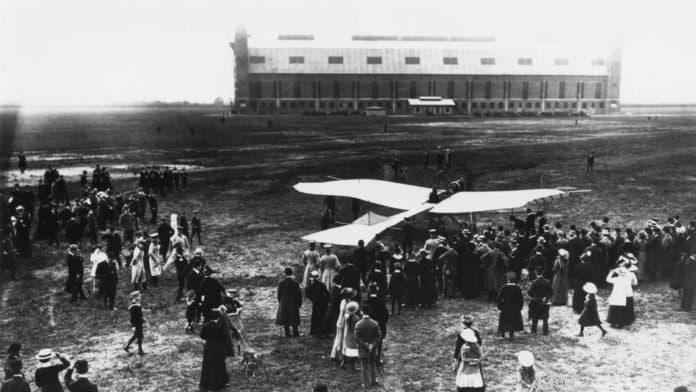 Ein Flugzeug des Typs Rumpler-Taube am Hamburg Airport 1913