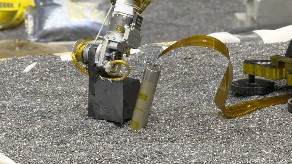 Test des InSight-Arms beim Drücken auf den Boden im Labor