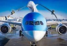 Boeing 787 Dreamliner Flugzeugenteisung mit einem biologisch abbaubaren Heißwasser-Glykol-Gemisch