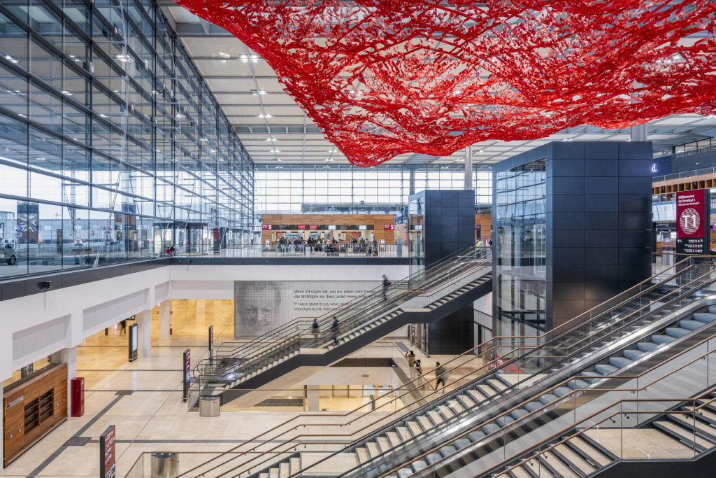 """Das Terminal 1 mit der Willy-Brandt-Gedenkwand und dem markanten Kunstwerk """"THE magic carpet"""" der Künstlerin Pae White."""