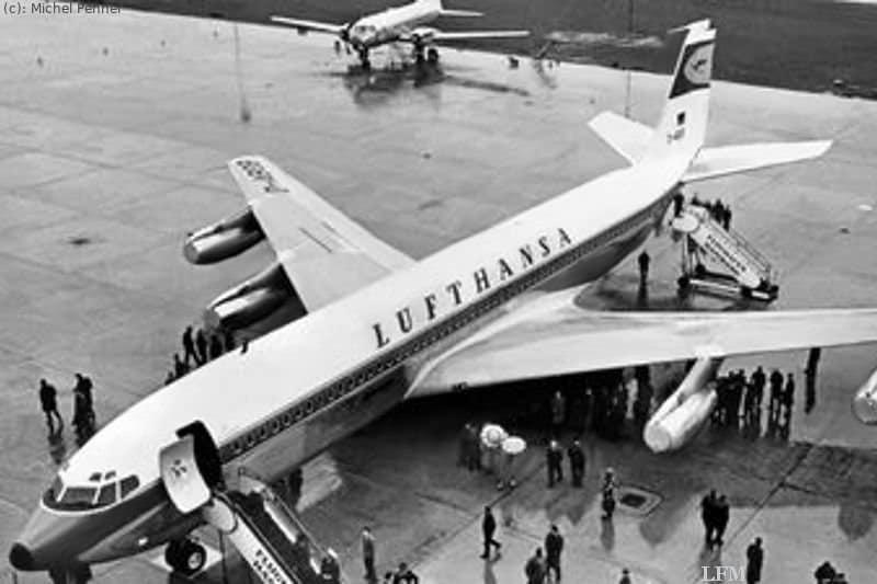 Erste Boeing 707 der LH: Am 02. März 1960 trifft die erste Boeing B 707-430 der Lufthansa in Hamburg ein und eröffnet damit das Düsenzeitalter im Linienverkehr. Im Hintergrund eine Convair 340.
