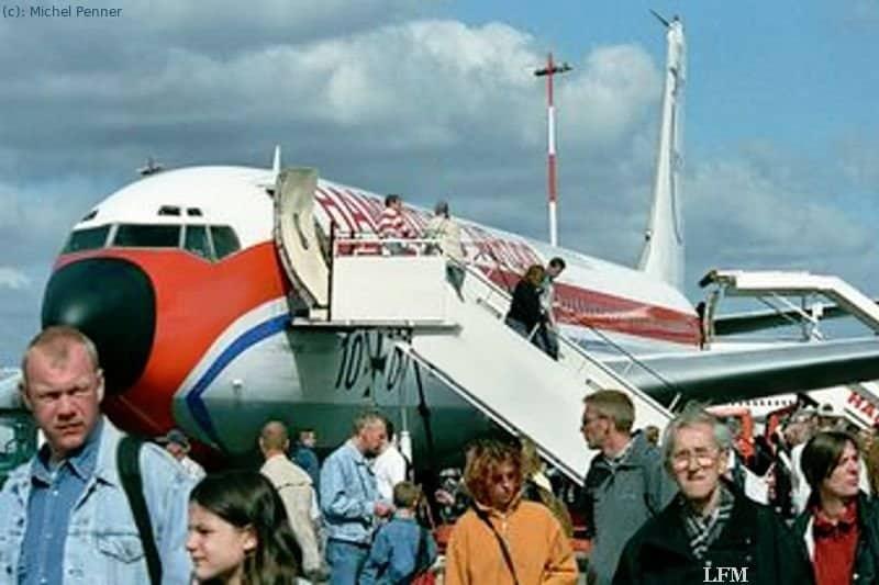 Boeing B707-430: Großes Interesse für die Boeing B 707-430 – Traditionsmaschine von Hamburg Airport bei den Airport Days 2003.
