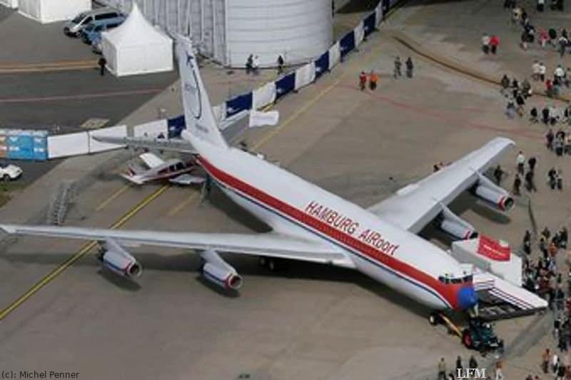 Boeing B707-430: Das Museumsflugzeug von Hamburg Airport, die Boeing B 707-430, zieht bei den Airport Days 2007 zahlreiche Besucher an, die die historische Maschine besichtigen.