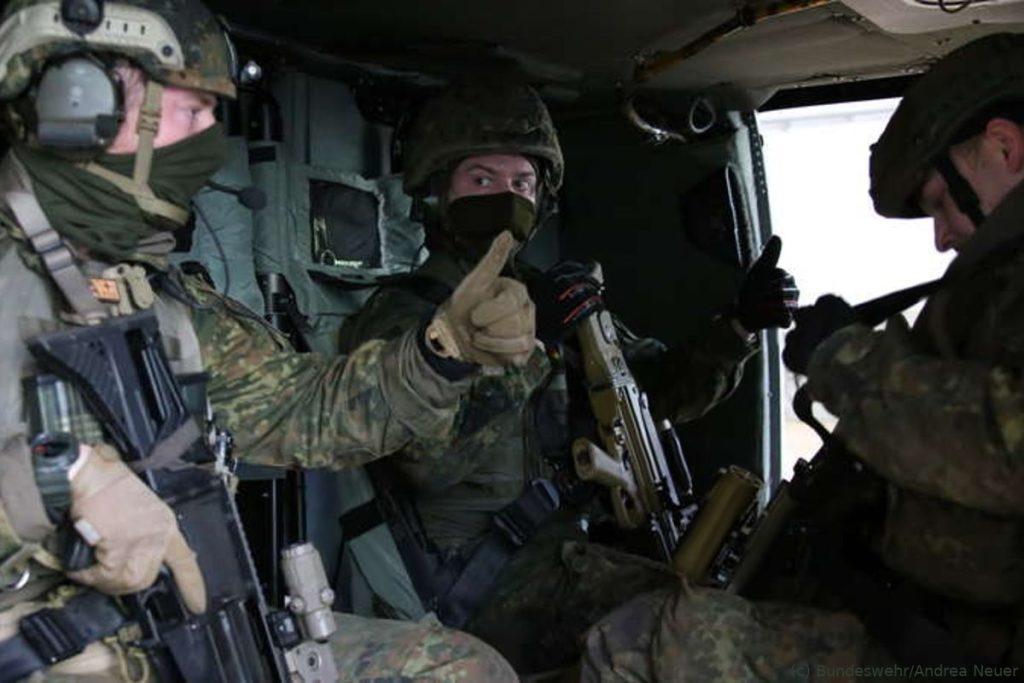 Operation Blizzard: Fallschirmjäger trainieren die Luftbeweglichkeit in einem Angriffsszenario