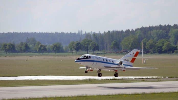 Die Falcon hebt ab: Das DLR-Forschungsflugzeug Falcon 20E startet in Oberpfaffenhofen zu einer wissenschaftlichen Mission.