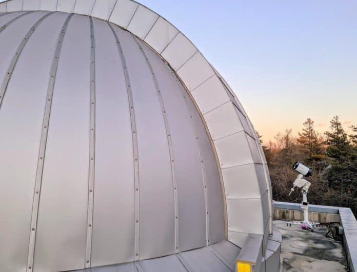 Optische Bodenstation des NICT mit 20-Zentimeter-Teleskop und Kuppel für das 1-Meter-Teleskop