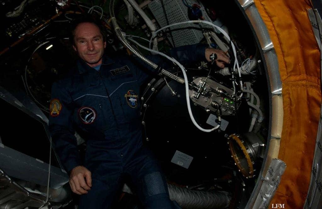 Kosmonaut Valery Tokkarev im Januar 2006 mit dem 2. Labor PK-3 Plus installiert im russischen Svesda Modul.