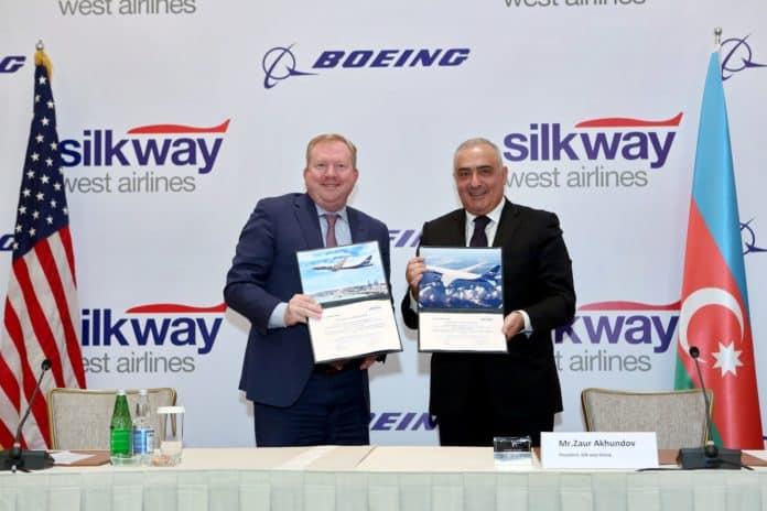 Zaur Akhundov, Präsident der Silk Way Group und Stan Deal, Präsident und Chief Executive Officer von Boeing Commercial Airplanes, bei der Vertragsunterzeichnung in Baku.