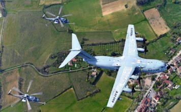 Airbus Militärtransporter A400M bei der Flugbetankung von Hubschraubern