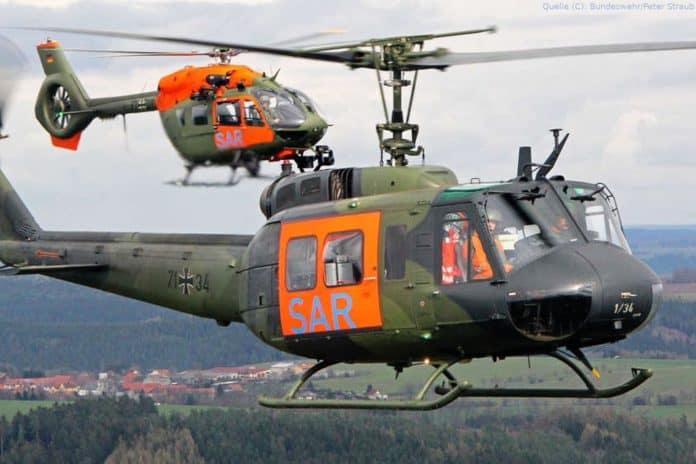 Rettungshubschrauber Bell UH 1D (vorne) und Airbus H145 LUH SAR fliegen noch einmal nebeneinander über Holzdorf.