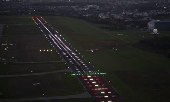 Anflug auf den Bodensee-Airport bei Nacht