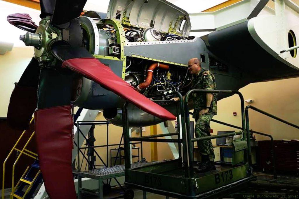 Mechaniker arbeitet am Triebwerk der C-130J Hercules in Évreux