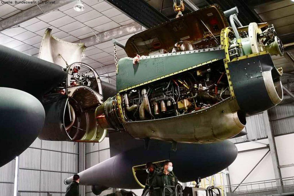 Triebwerk der C-130J Hercules in Évreux Évreux: Super-Hercules Staffel im Aufbau