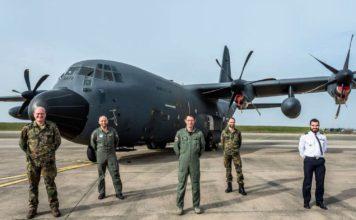 C-130J Hercules am Fliegerhorst Évreux in der Normandie mit Besatzung und Mechaniker