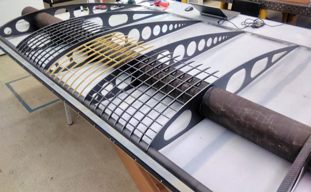 Demonstrator eines Flügelsegments: Mit einem Demonstratorflügel wie diesem erprobt das Team Bauweisen-Konzepte wie das des Hauptholms, der Rippen, aber auch der Bespannung des Flügels und der Integration der Solarflächen.