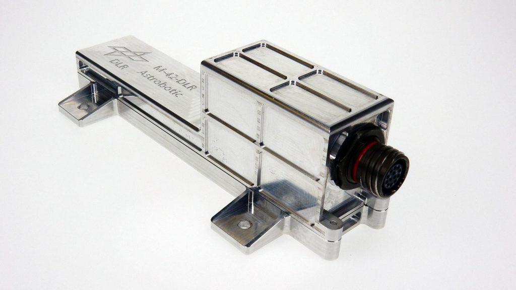 M-42 Strahlungsdetektor: M-42 wiegt nur 250 Gramm und ist etwa 20 Zentimeter lang. Er wird während des Flugs und von der Mondoberfläche aus Strahlungswerte zur Erde senden.