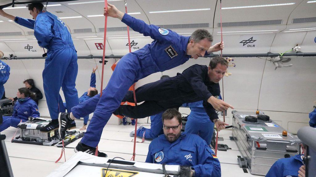 Matthias Maurer zusammen mit seinem französischen ESA-Astronautenkollegen Thomas Pesquet beim gemeinsamen Parabelflug.