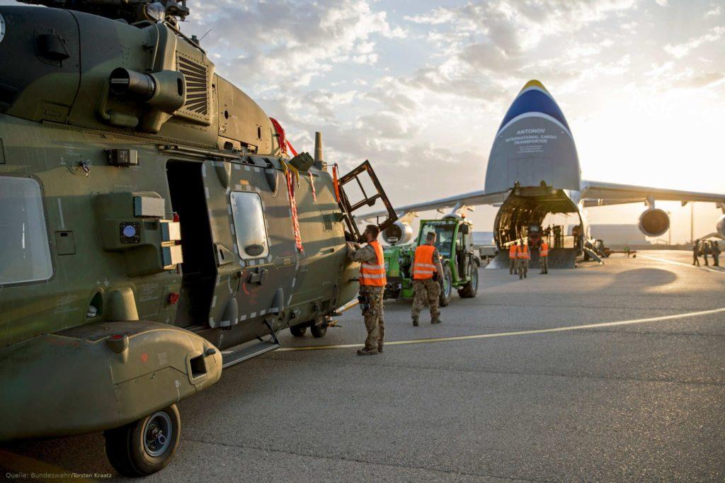 Transportflugzeug Antonow holt Hubschrauber NH-90