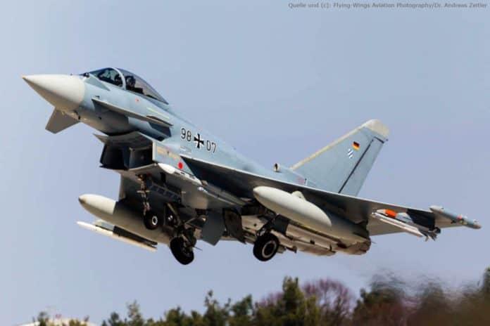Zwei Lenkflugkörper Meteor an den mittleren Waffenstationen am Eurofighter mit Staustrahltriebwerk im Erprobungsflug