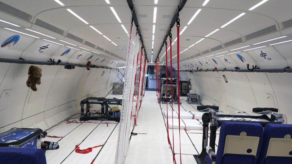 Experimente im Innenraum des Flugzeugs