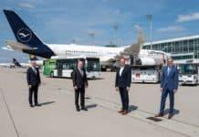 Der bayerische Finanzminister und Aufsichtsratsvorsitzende der Flughafen München GmbH (FMG), Albert Füracker (3. v. links) am Flughafen München