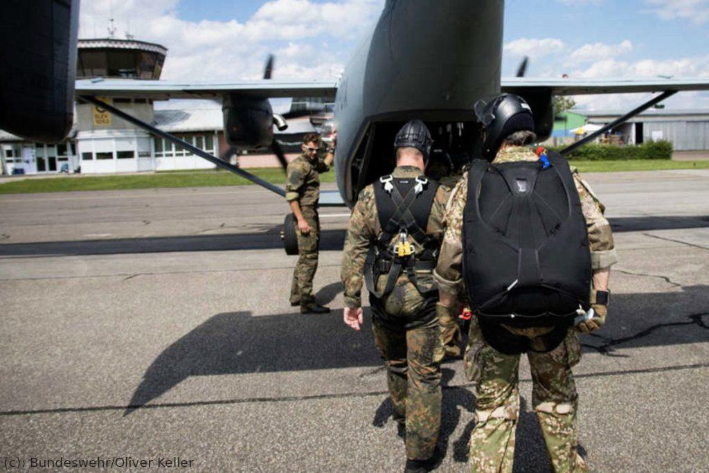 KSK und Gebirgsjägerbrigade beim Fallschirmspringen